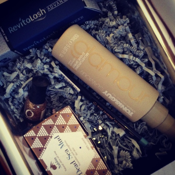 unboxing beautybox kerst deceber 2012 new girl zoeey deschanel make-up wat zit er in de beauty box